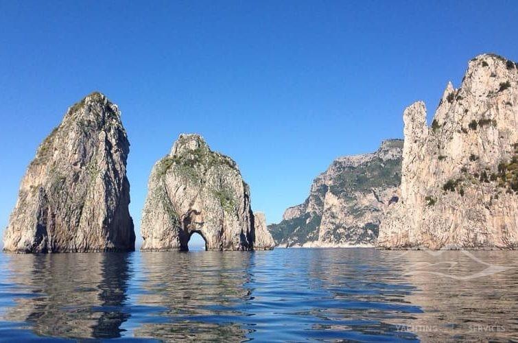 trascorri la tua vacanza a Capri in catamarano
